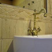 marmol travertino clasico envejecido al bombo en baño