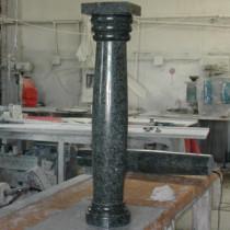 Columna en mármol negro pulido