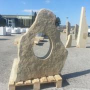 monolito de piedra decorativo